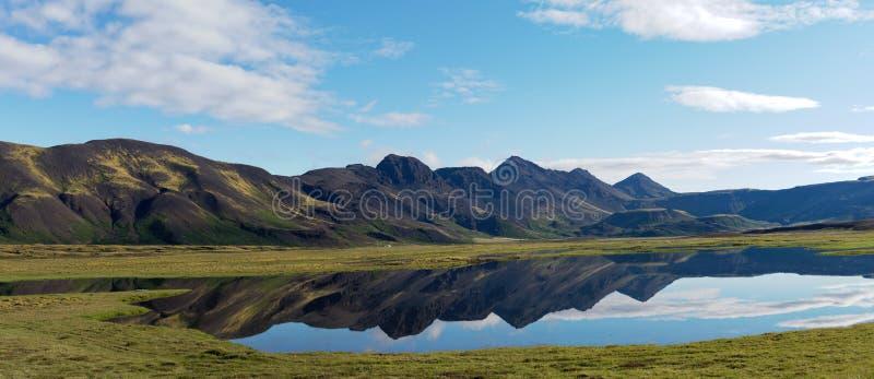 Sjö med spegelförsedd bergIsland panorama arkivfoto