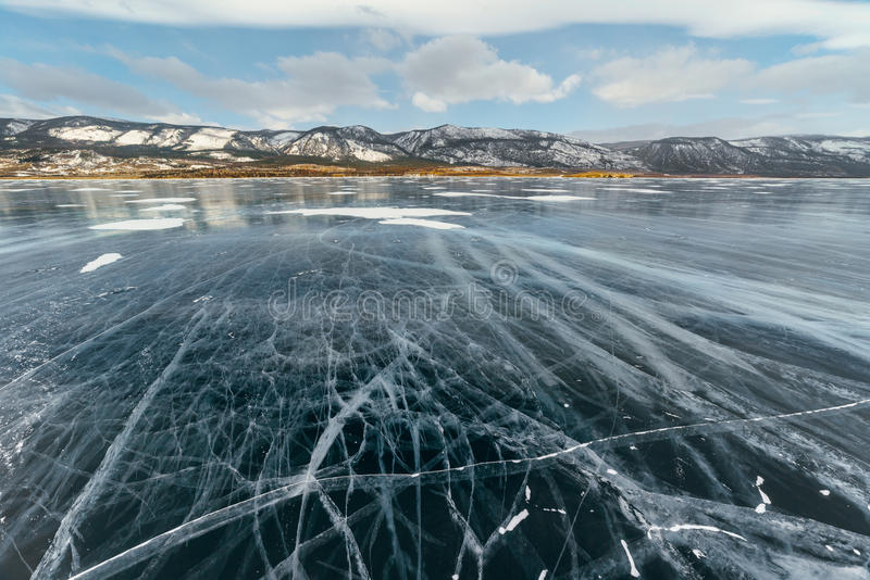 Is sjö med sprickor arkivbild