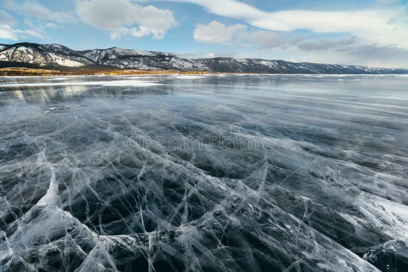 Is sjö med sprickor arkivfoto