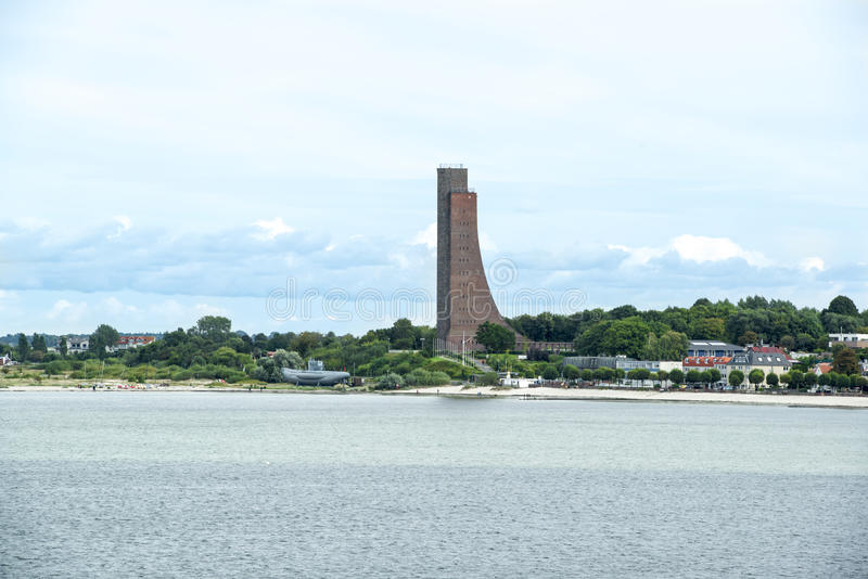 Sjö- minnesmärke och krigsskepp i Laboe royaltyfri bild