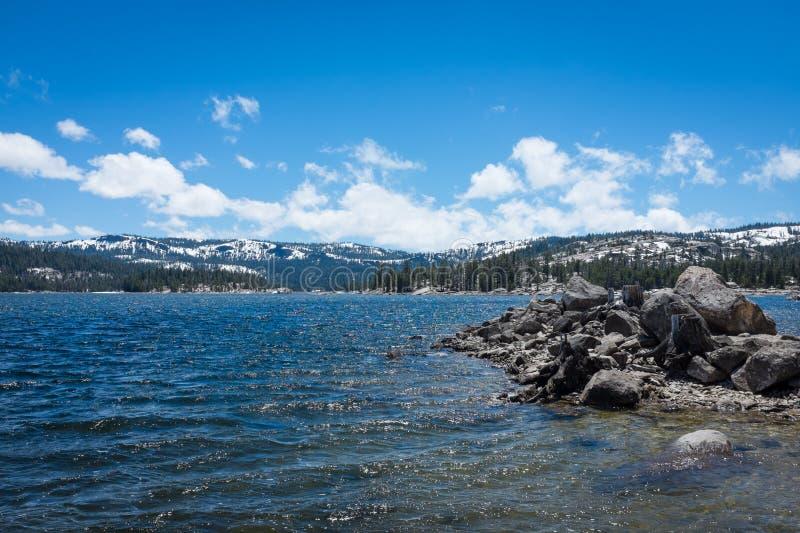 Sjö, moln och snö fotografering för bildbyråer