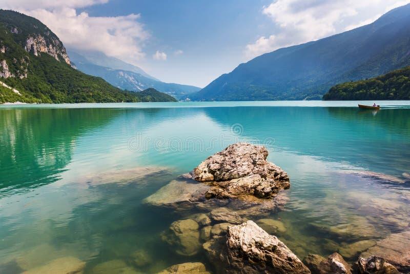 Sjö Molveno, härligt landskap royaltyfri fotografi