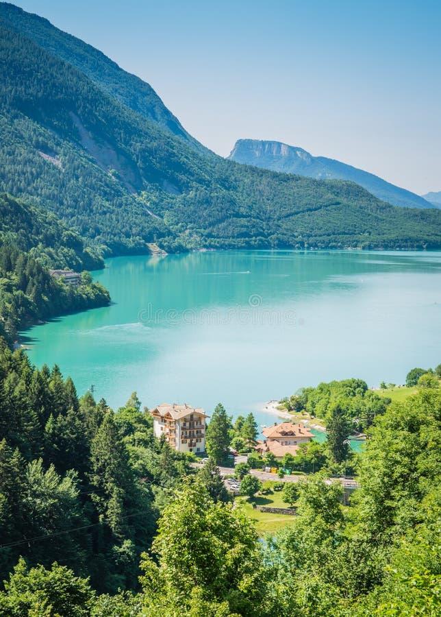 Sjö Molveno som väljs mest härlig sjö i Italien royaltyfri fotografi