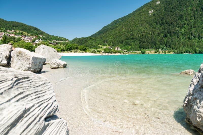 Sjö Molveno som väljs mest härlig sjö i Italien royaltyfria foton