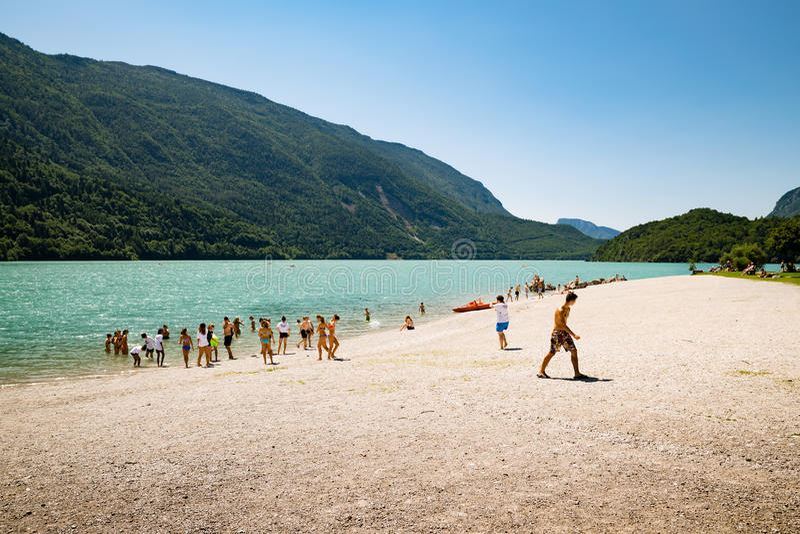 Sjö Molveno som väljs mest härlig sjö i Italien royaltyfria bilder