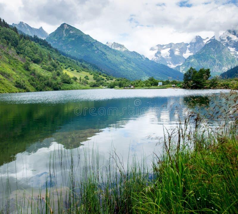 Sjö nära bergen Dombai fotografering för bildbyråer