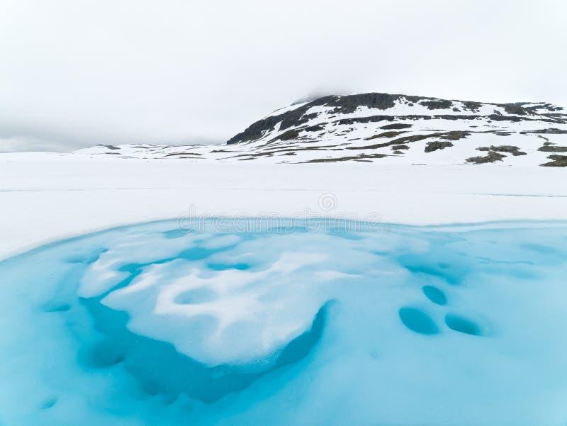 Is sjö nära bergvägen Bjorgavegen, Norge royaltyfri fotografi