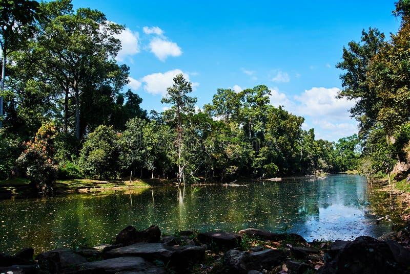 Sjö nära historisk byggnad i Angkor Wat Thom Cambodia arkivfoto
