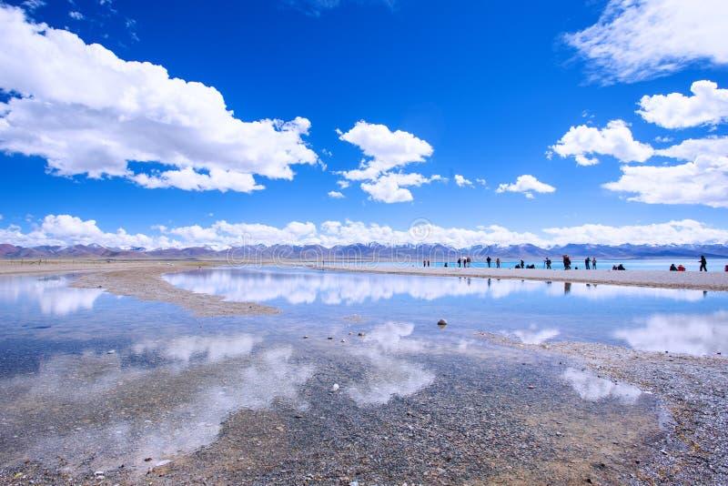 Sjö Nam i den Tibetsky spegeln fotografering för bildbyråer