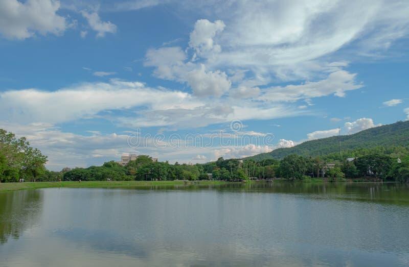 Sjö- och berglandskap med härlig himmel royaltyfria foton