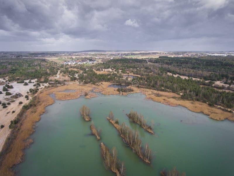 Sjö och skog under vårtid ovanför sikt Dabrowa Gorn arkivbilder