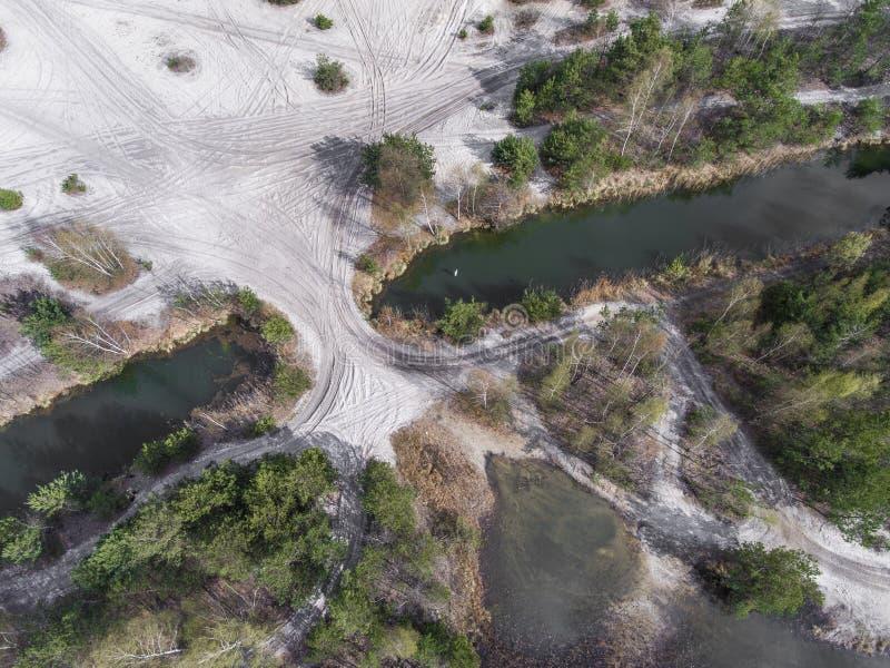 Sjö och skog under vårtid ovanför sikt Dabrowa Gorn royaltyfri bild
