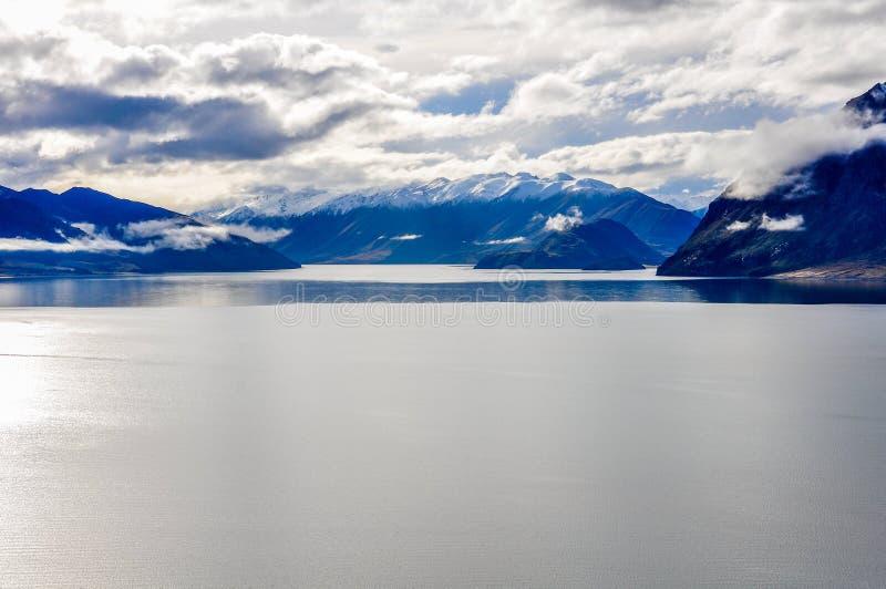 Sjö och snöig maxima nära Wanaka i sydliga sjöar, Nya Zeeland arkivfoton