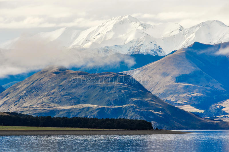 Sjö och snöig maxima nära Wanaka i sydliga sjöar, Nya Zeeland arkivbild