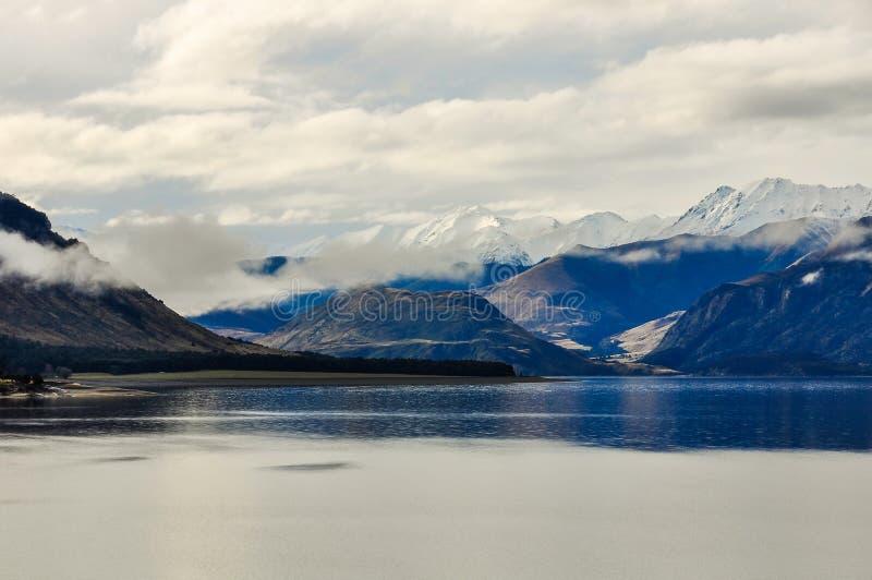 Sjö och snöig maxima nära Wanaka i sydliga sjöar, Nya Zeeland royaltyfria foton