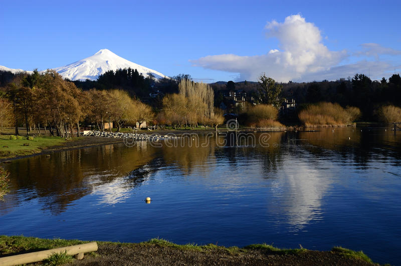 Sjö och Volcano Villarrica arkivfoton