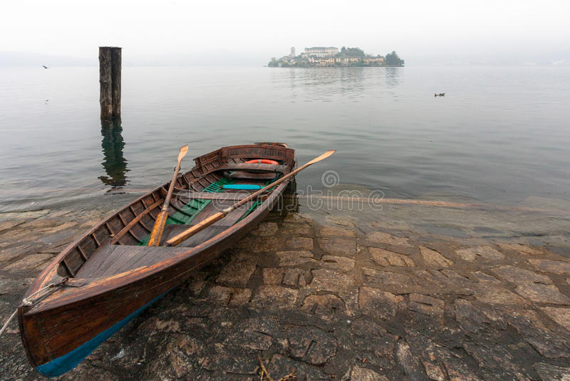 SJÖ ORTA, ITALY/EUROPE - OKTOBER 28: Eka på sjön Orta arkivfoton