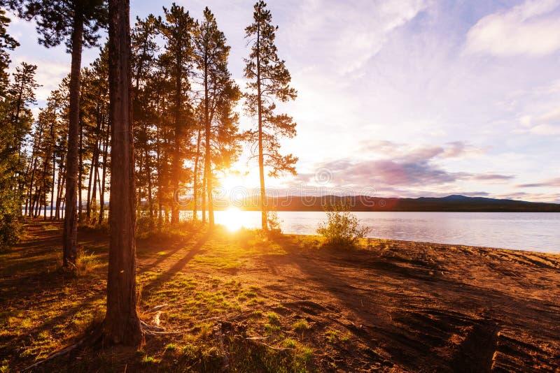 Sjö på soluppgång arkivbilder