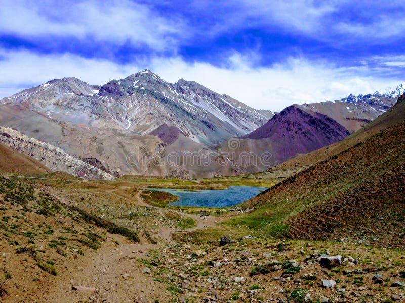 Sjö på vägen till det Aconcagua berget royaltyfri fotografi