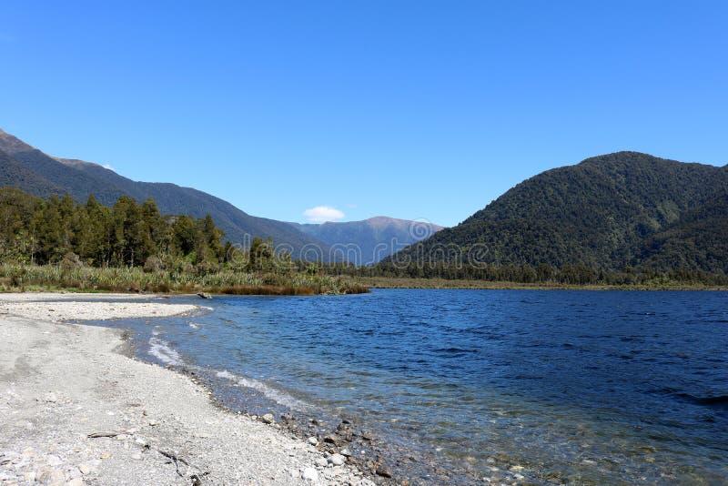 Sjö Paringa, västkusten, södra ö, Nya Zeeland royaltyfria foton