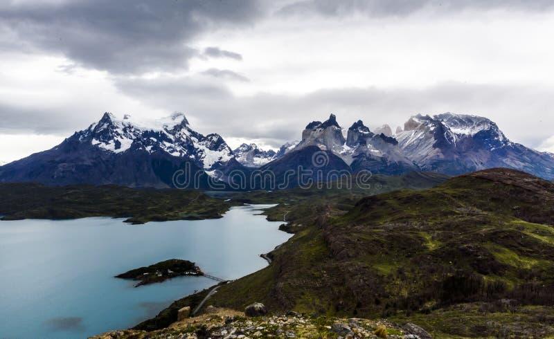 Sjö Pehoe med hornen Los Cuernos i Torres del Paine na royaltyfri bild