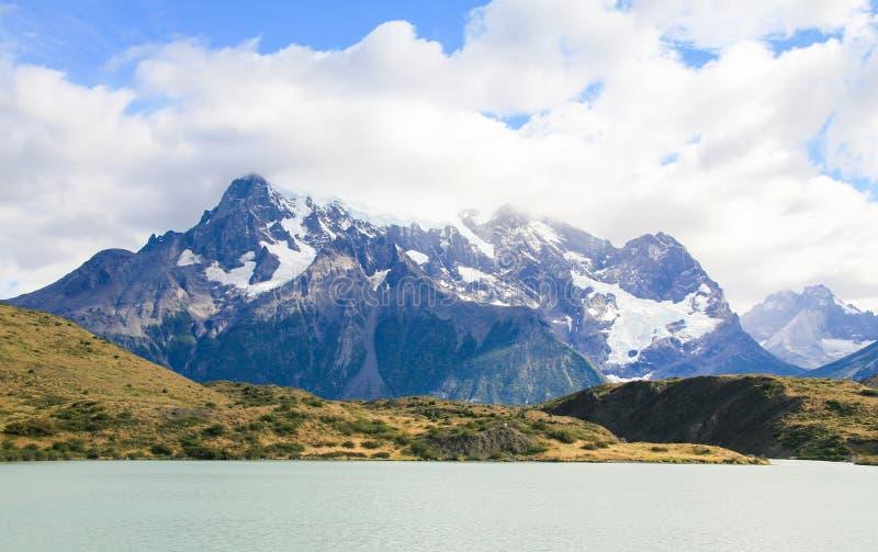 Sjö Pehoe och Los Cuernos i den Torres del Paine nationalparken in royaltyfri bild