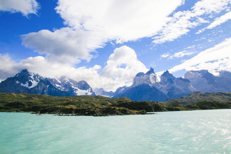 Sjö Pehoe och Los Cuernos i den Torres del Paine nationalparken in royaltyfria bilder
