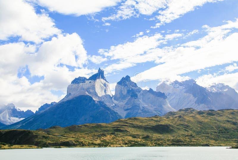 Sjö Pehoe och Los Cuernos i den Torres del Paine nationalparken in royaltyfri fotografi
