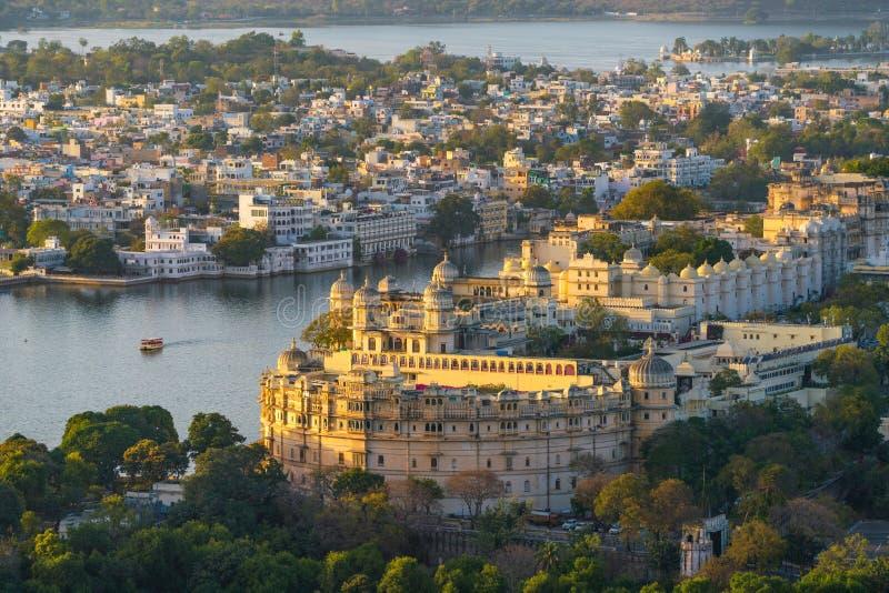 Sjö Pichola med stadsslottsikt i Udaipur, Rajasthan, Indien royaltyfria bilder