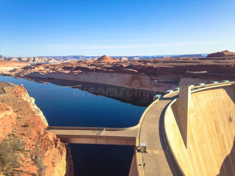 Sjö Powell och Glen Canyon Dam i öknen av Arizona, Förenta staterna royaltyfri fotografi