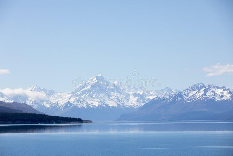 Sjö Pukaki med Mt-kocken i bakgrund, Nya Zeeland royaltyfria foton