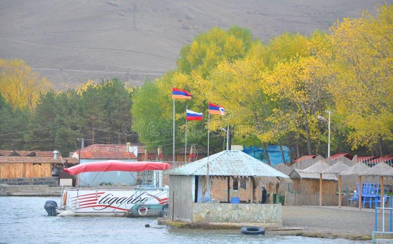 SJÖ SEVAN, ARMENIEN - OKTOBER 14, 2016: Tre flaggor ovanför ett kafé royaltyfri foto