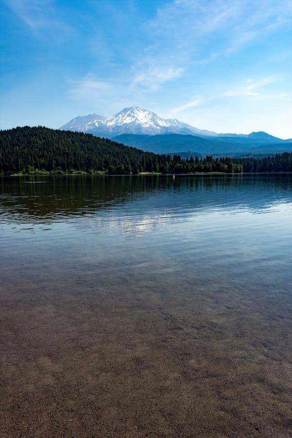 Sjö Siskiyou på en stillhet, klar solig dag med Mt Shasta i bakgrunden under sommar arkivfoton