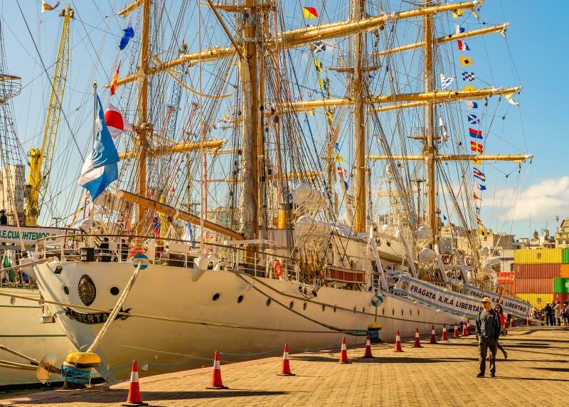 Sjö- skola för seglingskepp som parkeras på port arkivbilder
