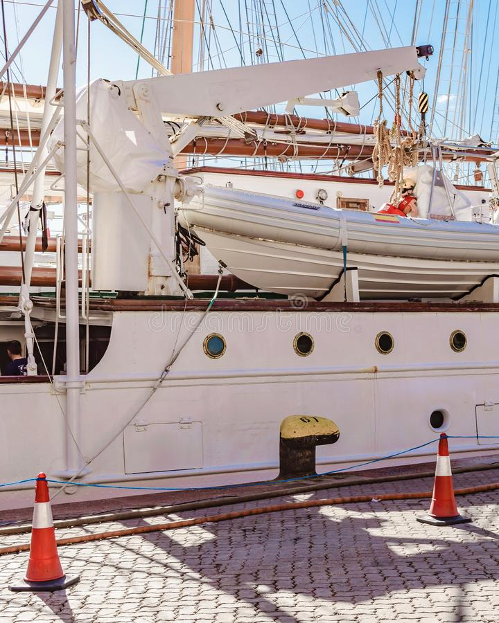 Sjö- skola för seglingskepp som parkeras på port royaltyfri foto