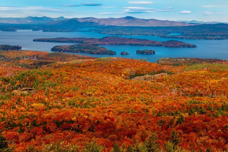 Sjö som beskådas från färgrika Autumn Mountaintop royaltyfri bild