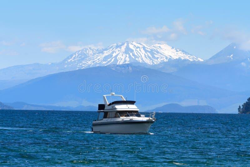 Sjö Taupo och snööverkant av volcanoes, Nya Zeeland royaltyfria bilder