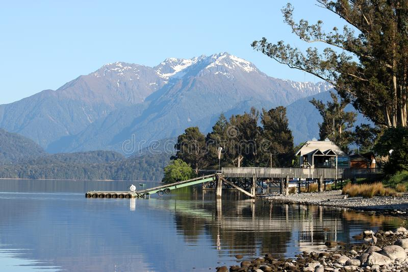 Sjö Te Anau och berg, Southland, Nya Zeeland royaltyfri fotografi