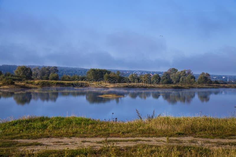 Sjö tidigt på morgonen med en dimma arkivfoto