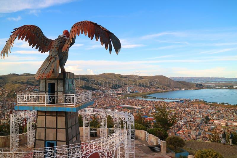 Sjö Titicaca och staden av Puno som sett från punkt för kondorkullesikt eller Mirador de Kuntur Wasi, Puno, Peru, 1st Maj 2018 arkivfoton