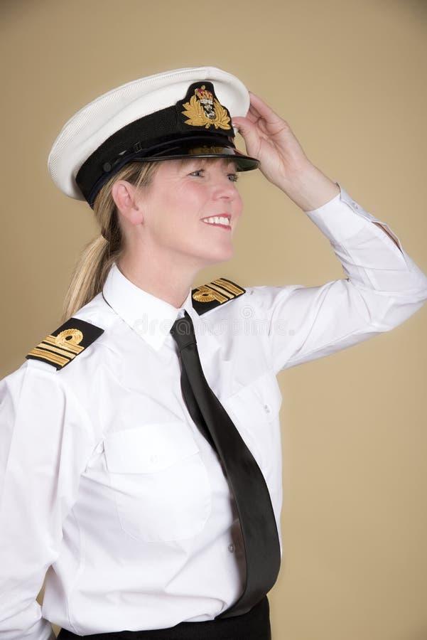 Sjö- tjänsteman som rymmer hennes hatt royaltyfri bild
