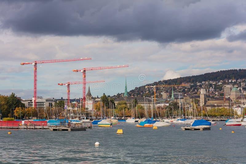 Sjö Zurich i den molniga aftonen arkivfoton