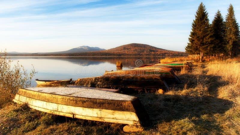Sjö Zyuratkul i nedgångsikten av kanten Nurgush Ryssland royaltyfri fotografi