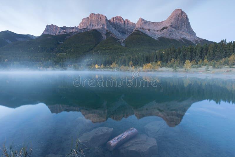 Sjöar i landparkssystemet Kananaskis i Alberta nära Canmore i de södra kanadensiska Rockies royaltyfri bild