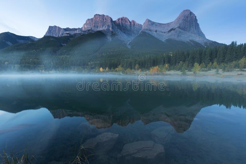 Sjöar i landparkssystemet Kananaskis i Alberta nära Canmore i de södra kanadensiska Rockies royaltyfria foton