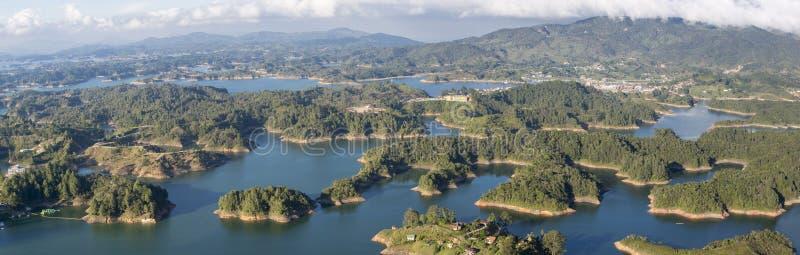 Sjöar och öar på Guatape i Antioquia, Colombia royaltyfri foto