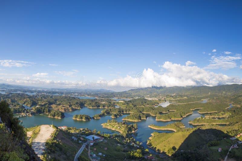 Sjöar och öar på Guatape i Antioquia, Colombia royaltyfri fotografi