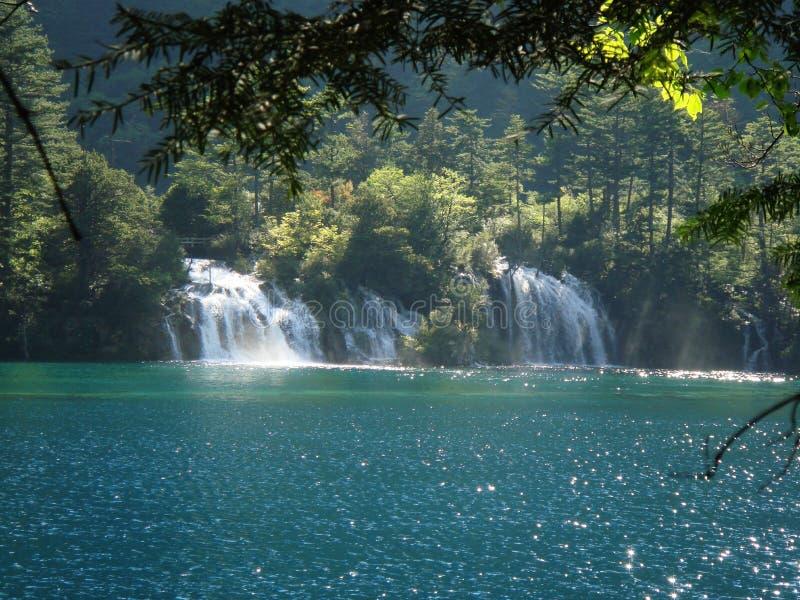 sjöar och vattenfall i jiuzhaidalen arkivbild