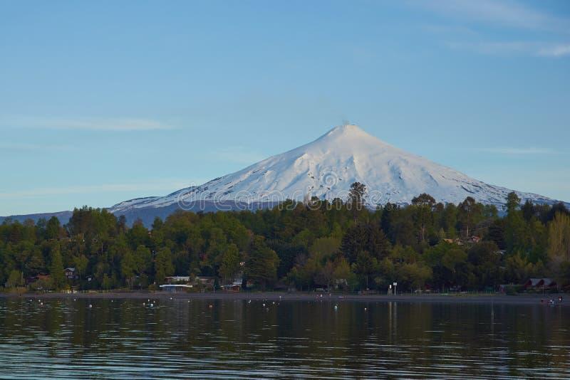 Sjöar och vulkan av Chile royaltyfria foton
