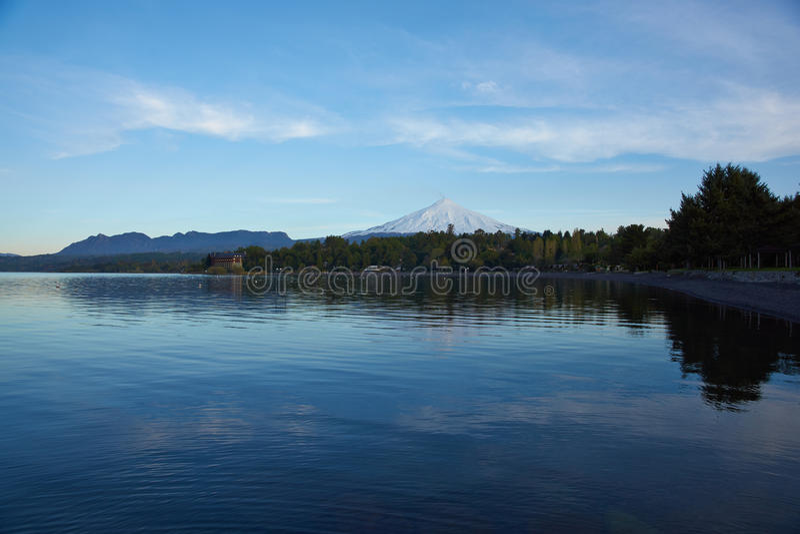 Sjöar och vulkan av Chile fotografering för bildbyråer